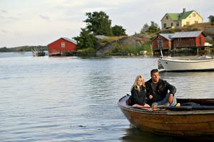 Lonia med pappa Thomas Dahlgren i sin träbåt på Kökar.