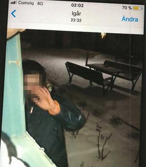 Vid ett tillfälle fotar kvinnan mannen när han är utanför hennes lägenhet. Vid rättegången berättade hon att hon tog bilden för att bevisa att han förföljde henne. Bild ur polisens förundersökning.