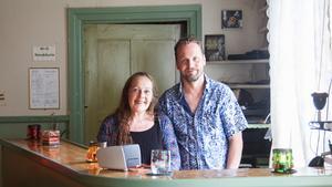 Mats Dahne och Karin Eklund hade aldrig jobbat som musikarrangörer tidigare när de började ordna spelningar hemma i sitt vardagsrum i Älandsbro. Nu har de nominerats till bästa livescen.