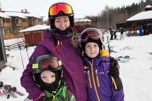 Jonathan, Louise och Maja åkte från Stockholm.– Jag åker inte så många svarta backar, men de röda går bra, säger Maja, 10 år.