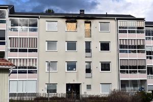 Dagen efter branden vittnade plankor om den lägenhetsbrand som härjat i huset under tisdagskvällen.