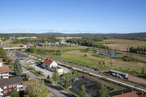 Stationshuset med Limsjöänget i bakgrunden.