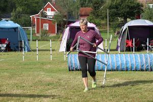 """Carina Tuvelöv från Eskilstuna var en av alla de som tävlade i """"Augustisnurren"""" i helgen. Hon ryckte in när hon såg att det behövdes hjälp att bära bort en del hinder på banan. Den skulle byggas om."""