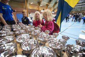 Emma Kämmerling och Ebba Stenberg från Girlfighters BK i Örebro kollar in pokalerna.