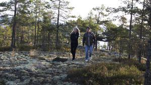 Martin och Anna Hanning Häggström på promenad vid en av de två platserna där det ska byggas nya hus i Oxviken.