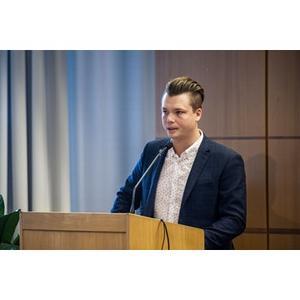 Johan Andersson (C) och nya majoriteten föreslår i sin budget att en av huvudenhetstjänsterna dras in i Sollefteå. Det skulle medföra en besparing på 1 000 000 kronor årligen.