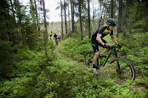 För bara några år sedan var cyklisterna en ovanlig syn längs skogsstigarna. Men i takt med ett ökande intresse har de färgglada entusiasterna nu blivit ett naturligt inslag i skogen.