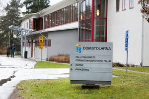 Falu tingsrätt har dömt två unga män, från Säters och Borlänge kommun, till villkorlig dom för flera brott. Duon  stal en mindre lastbil utanför Statoil/Circle K i Borlänge i augusti i år. Mannen från Säters kommun satte sedan eld på fordonet.