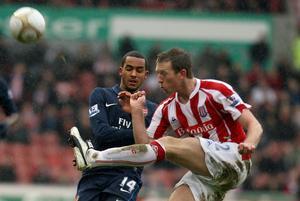 Danny Collins rensar undan bollen framför Theo Walcott, då i Arsenal i en ligamatch 2010.