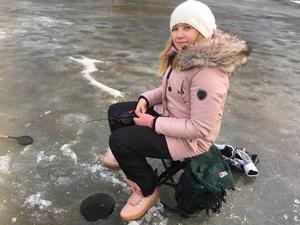 Elvaåriga Alva Holm fick inget napp hur hon än försökte locka fisken med den stora räka som hon satt på sitt pimpelspö.