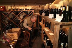 Pär förvarar sina ölflaskor i källaren.