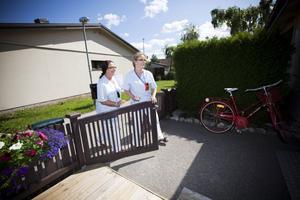 Birgitta Ölund och Sirpa Stefanius Kangas känner sina patienter väl eftersom de träffar dem hemma.
