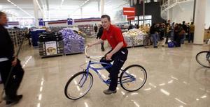 Just den här cykeln som butikschef Mikael Björkskog trampar runt på har det sålts allra mest av i går. – Ungefär hundra stycken, säger han.