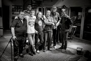 """Inspelningen av låten """"Them jokes"""" gjordes i Atlantisstudion i Stockholm. Där har massvis med kända artister lirat. På den stora bilden syns bland annat Abbas basist Rutger Gunnarsson, som avled för cirka en månad sedan."""