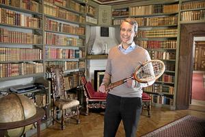 RARITET. Allt med historia attraherar David von Schinkel. Här med Björn Borgs signerade racket inköpt för museet.