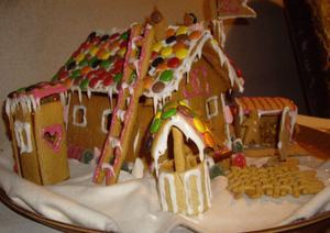 David Norberg, sex år och Oscar Norberg, fyra år bor i Hille. Med lite hjälp av moster och morbror har de gjort gjort ett pepparkakshus med vedbod (med vedträn), brunn, dass, flaggstång och lite annat.