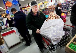 """Förutom klappar till barnbarnet har Björn Johansson handlat åt sig själv. Varje år blir det en juldeckare. Men jag kommer nog inte att läsa den förrän till sommaren då jag kan behöva kylas av lite"""", säger han.    Foto: Håkan Luthman"""
