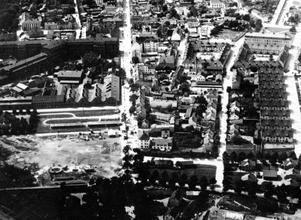 På flygbilden från 1927 syns Aseas Mimerkvarter till vänster, med det så kallade kreaturstorget i bildens nederkant. Det kvarter på Östermalm som nu ska bebyggas ligger mellan Stora gatan, i bildens mitt, och Östermalmsgatan till höger.