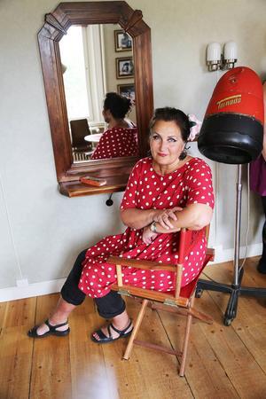 Kerstin Carlefalk är utbildad modist och entusiastisk kursledare.
