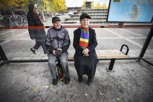 John Olsson och Gudrun Nyhlén åker buss dagligen till och från Frösön. – Vi använder seniorkort. Jag har haft problem en gång, säger John.