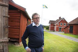 Hans-Olof Andersson har lagat och sett över alla tak på alla gårdens byggnader för att de ska kunna stå i många år till. Han har varit noga med att göra allt med gamla metoder och material och när nytt virke har behövts har den tagits från den egna skogen.