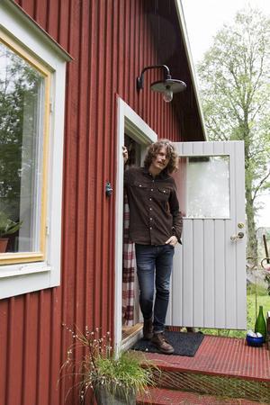 De första som välkomnar en på gården är hönsen och sedan Pär Engman själv.