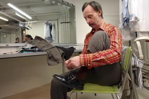 Bosse Andersson tar på sig sina scenkläder och gör sig klar för scenen.