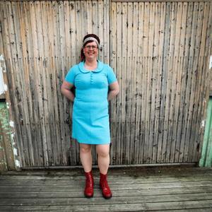 Sara Swedenmark samlar även veckotidningar från 1950 och 1960-talet.– Jag gör det för att hitta sybeskrivningar, säger hon.