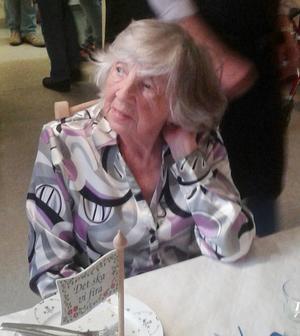 Märet Thunell fyllde 90 år och uppvaktades med blommor, sång och hurrarop.