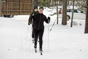 I Karlslund. Anneli Larsson, närmast kameran, på väg att åka fem kilometer ihop med Pia Palmquist.bild: anders erkman