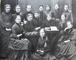 Årskurs åtta 1887 på Själanderska flickskolan i Gävle. Tekla står längst upp till höger.
