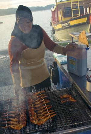Att vandra genom matmarknaden i Kota Kinabalus hamn i skymningen är en upplevelse för alla sinnen.