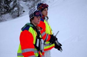 Viktor Myhr tar mellantider och Mårten Myhr är banskötare under tävlingarna.