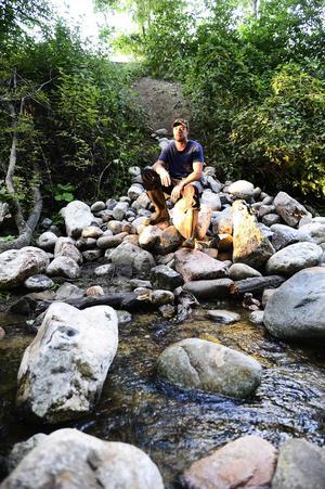 Daniel Perssons drömjobb är att få vara i vattendragen kring Ljungan och återställa miljön så fiskar kan fortplanta sig i sin naturliga miljö.