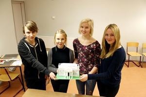 Niondeklassarna Filip Lundblad, Bianca Gustafsson, Frida Lidén och Nora Bylund med sin modell av Vita huset i Washington.