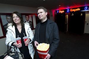 Carola och John Almén, Gävle, ville inte missa Hamiltonpremiären. John har läst alla böckerna.