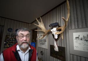 Jan Kjellberg jagar mycket – även älg, rådjur och vildsvin i Baltikum, där det finns betydligt mer varg än i Sverige. Avskjutningen av varg är också större där, påpekar han.