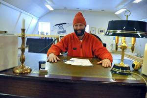 Martin Borgs jobbar sedan i somras som Slöseriombudsman, på uppdrag av Skattebetalarnas förening. I en gammal datasal tillhörande Skogshögskolan har han börjat starta ett Slöserimuseum.