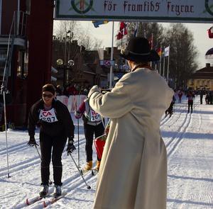 Kransmasen Jocke Engström belönade Prinsessan Madeleine med en dalahäst. Foto: Hans Olander