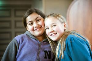 Kompisarna Sara Saber, 9 år, och Tove Malmling, 9 år, kom hand i hand till sin första gemensamma körlektion.