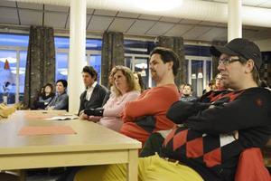 Skeptiska föräldrar lyssnade på när politiker och tjänstemän förklarade varför Sånghusvallens skola inte längre räcker till.