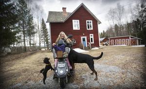 Jamma, Åsa och Duga utanför huset i Åsmon.