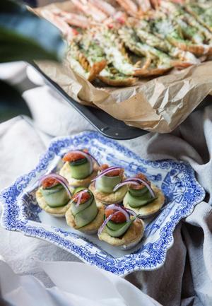 Ostpajer i miniformat med löjrom, gurka och rödlök.