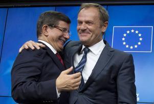 Rådsordföranden Donald Tusk tillsammans med turkiets premiärminister Ahmet Davutoğlu i samband med toppmötet.