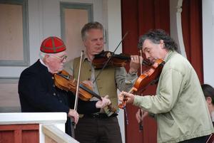 Spelmän. Det bjöds på vacker musik vid sockenstugan av flera spelmän. Regnet gjorde dock att de fick söka skydd under ett tak. Foto:Göran Persson