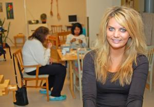 Anna Lundh, jobbar och stortrivs i Älvdalen. Här i terapilokalen på Tallbacken.