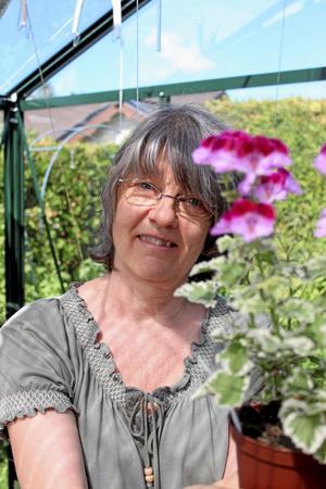 Ann-Sofi Wiik tycker att det är meditativt att pyssla med både blommor och dockserviser.