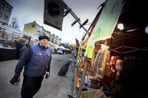 Redan på väg. Knallarnas talesman Guido Carinci packade i går eftermiddag ihop sitt marknadsstånd och vände kosan mot Jokkmokk. Där väntar en ny vintermarknad i slutet av nästa vecka.