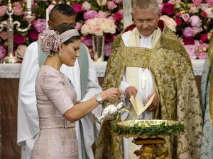 Det var då. Kronprinsessan Victoria häller i dopvattnet inför slottskaplan Lars-Göran Lönnermark, dåvarande ärkebiskopen Anders Wejryd inför dopet av prinsessan Leonore i slottskyrkan på Drottningholms slott i juni 2014.