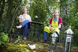 Paret Wictoria och Peter Boije hittade en gammal uteplats när de rensade bort sly i den förvuxna trädgården.